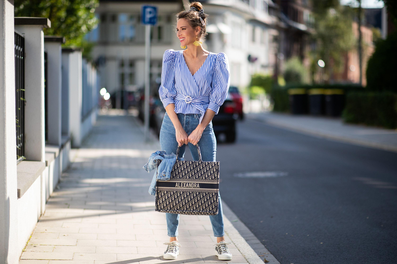 Frauen ab 40: Diese Oberteile kaschieren breite Schultern