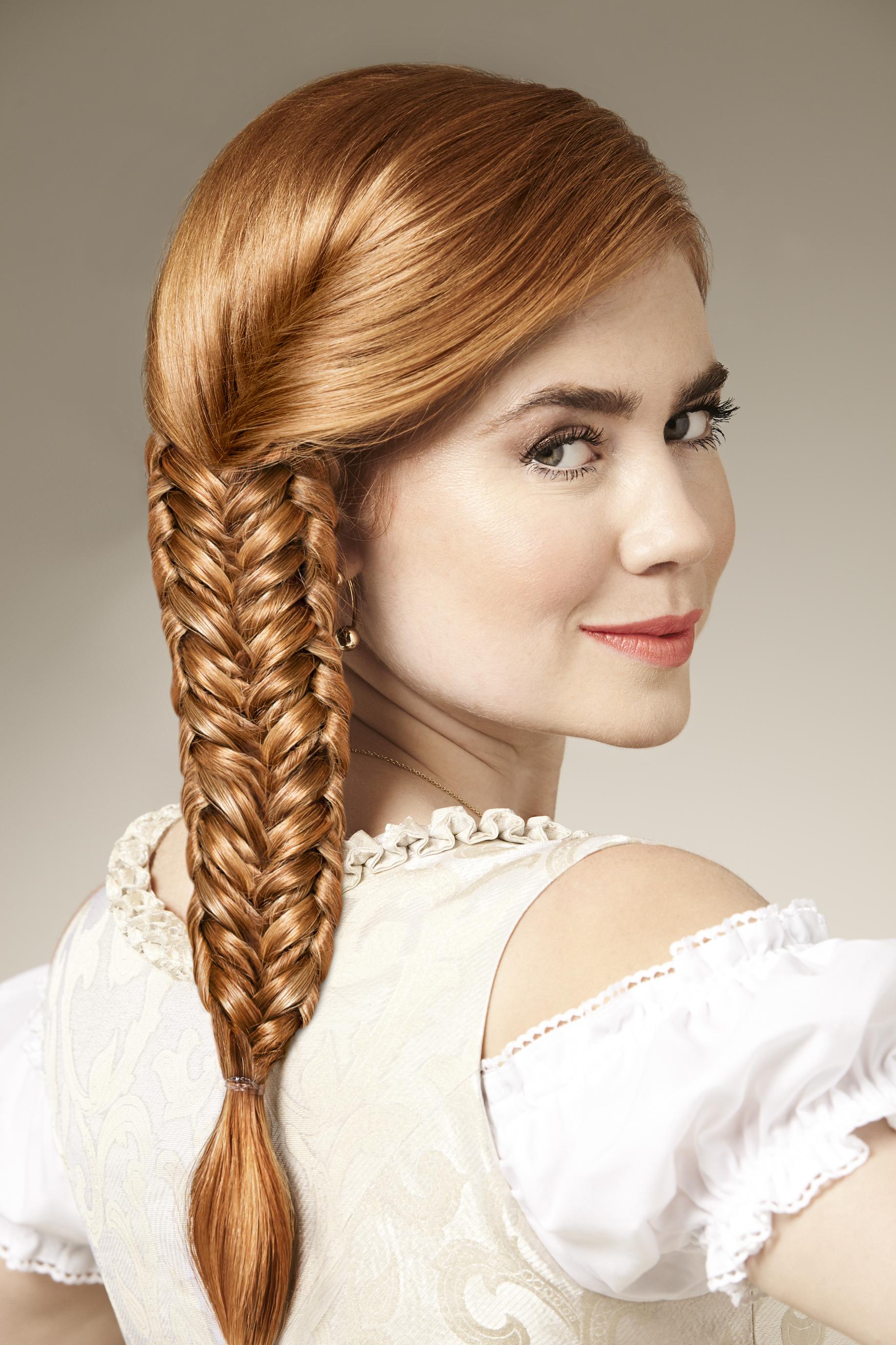 So Einfach Geht S Die Perfekte Wiesn Frisur Mit Palina Rojinski